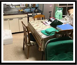 控え室1(テーブル・椅子で休憩・食事)