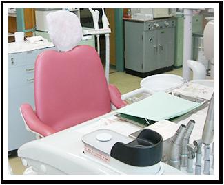 虫歯治療や歯周病治療、抜歯後の止血など様々な場面でレーザーを当てる